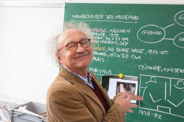 Lehrer vor Tafel FOS