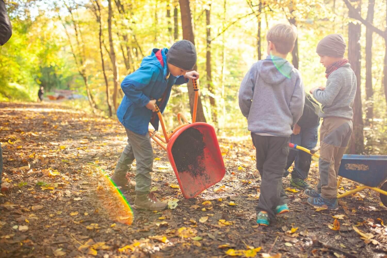 Spielende Kinder der Waldgruppe