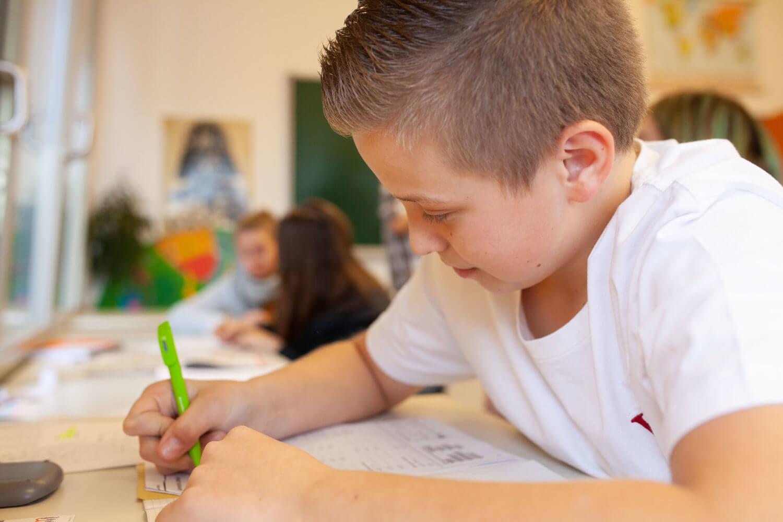 Arbeitender Junge Grund- und mittelschule