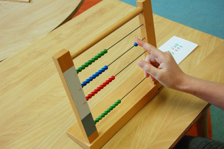 Mathematische Montessori-Materialien: Rechnrahmen