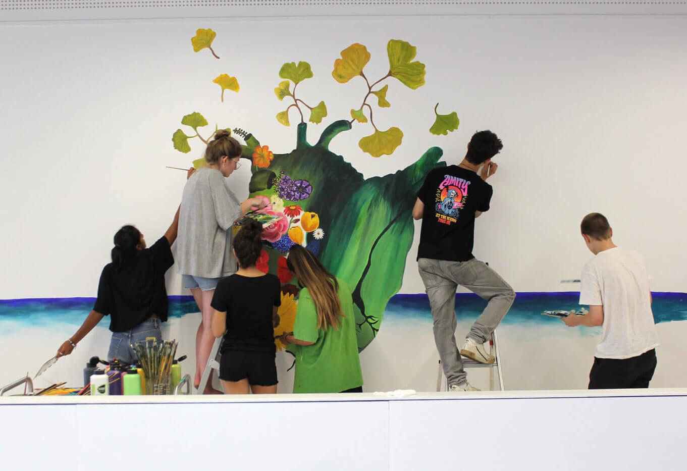 Montessori-Schüler bemalen Foyer
